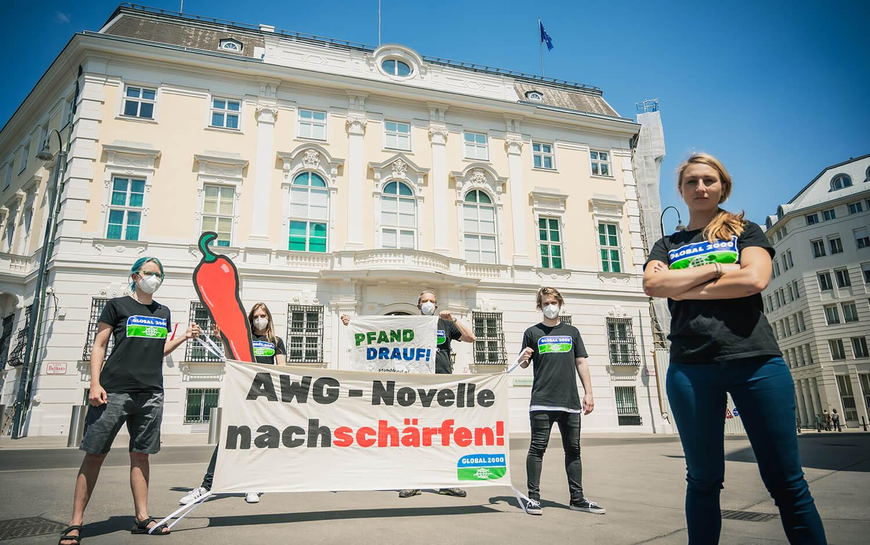 Aktion vor dem BKA - AWG-Novelle nachschärfen - Aktive mit Banner