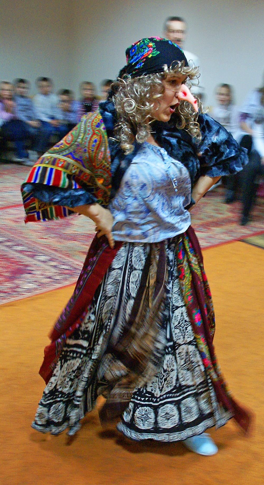 Die Hexe Baba Yaga führt die Kinder durch das Programm der Veranstaltung.