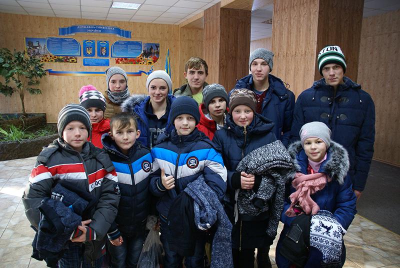 Die Kinder freuen sich über die neue Winterkleidung.