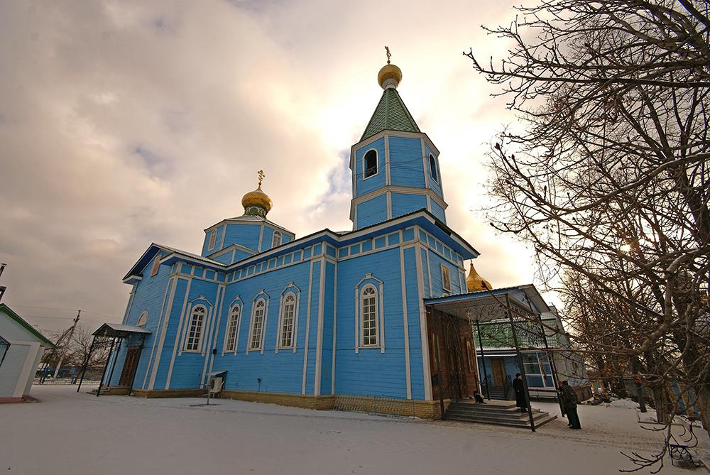 Blaue Holzkirche in Krasny Liman, Ukraine.