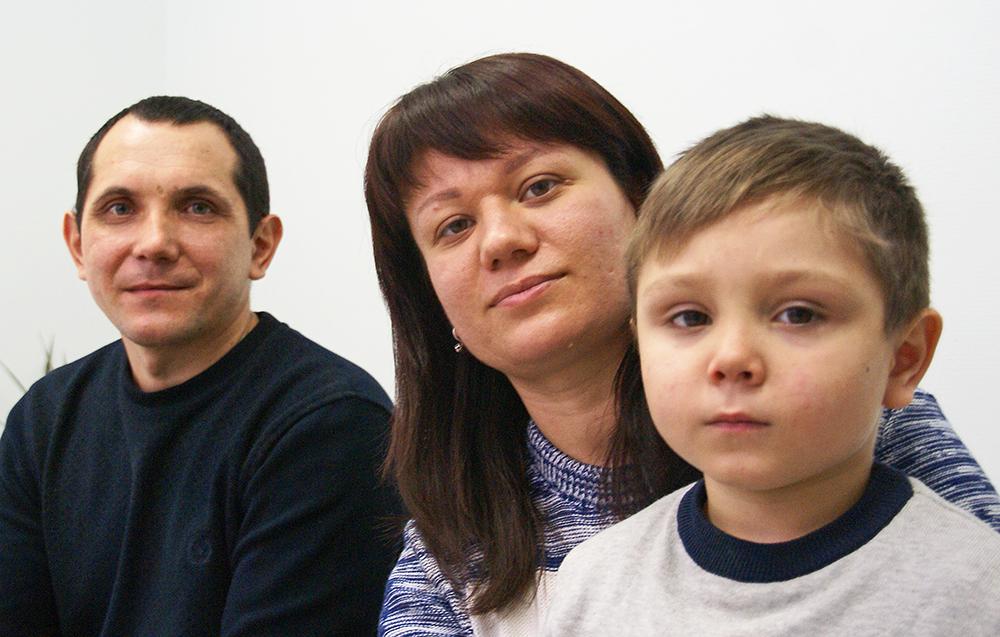 Maksym und seine Eltern.