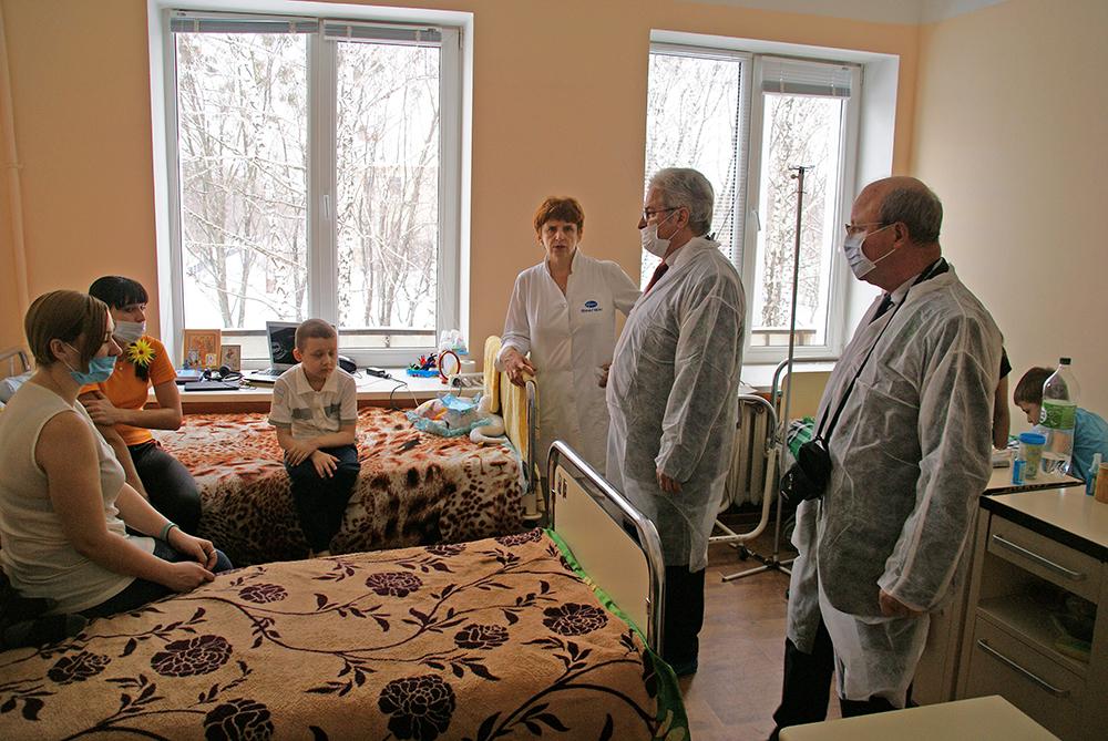 Christoph Otto spricht mit PatientInnen im Kinderkrankenhaus Nr. 16 in Kharkov