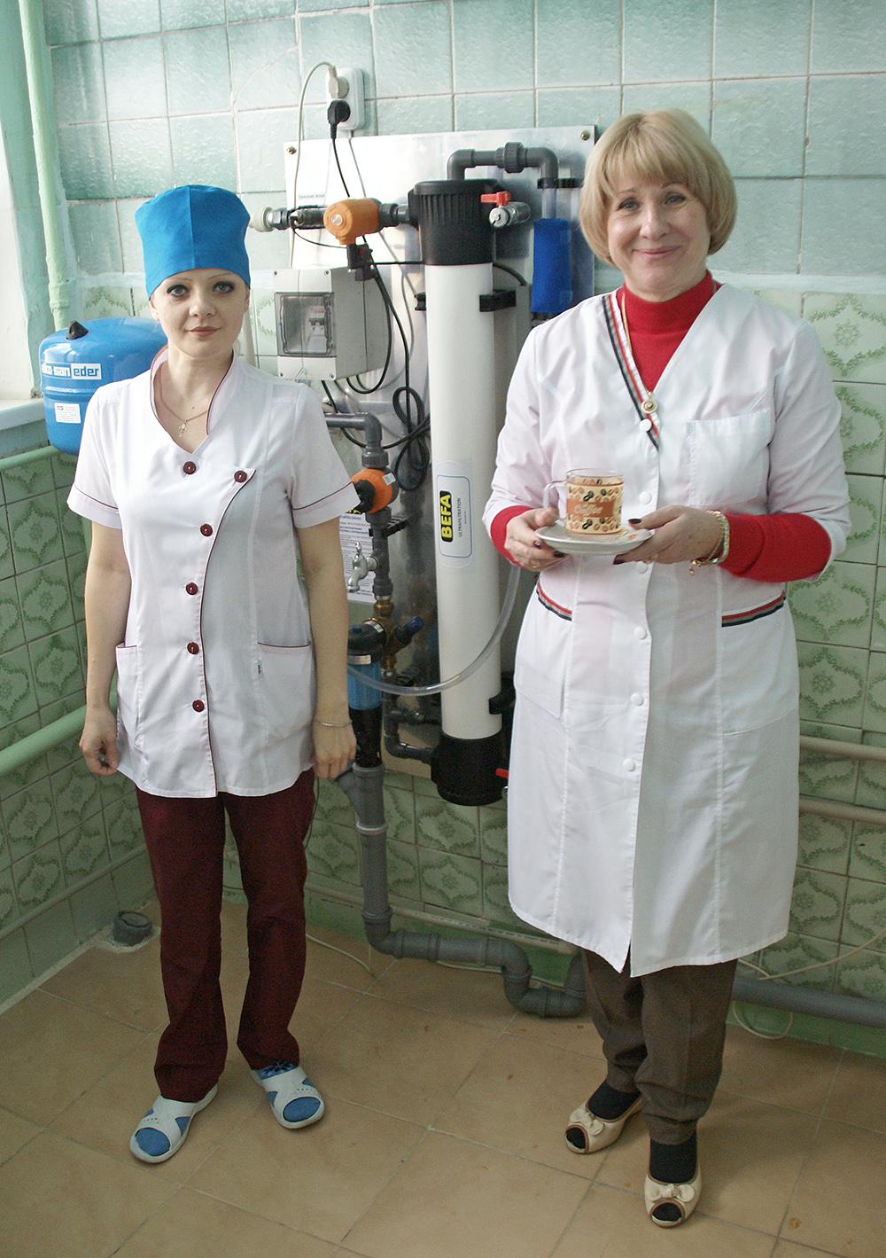 Tatyana Kharchenko, Direktorin des Krankenhauses,  zeigt die Trinkwasser-Reinigungsanlage aus Österreich.
