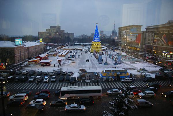Weihnachtsmarkt in Kahrkov mit blau gelben Christbaum.