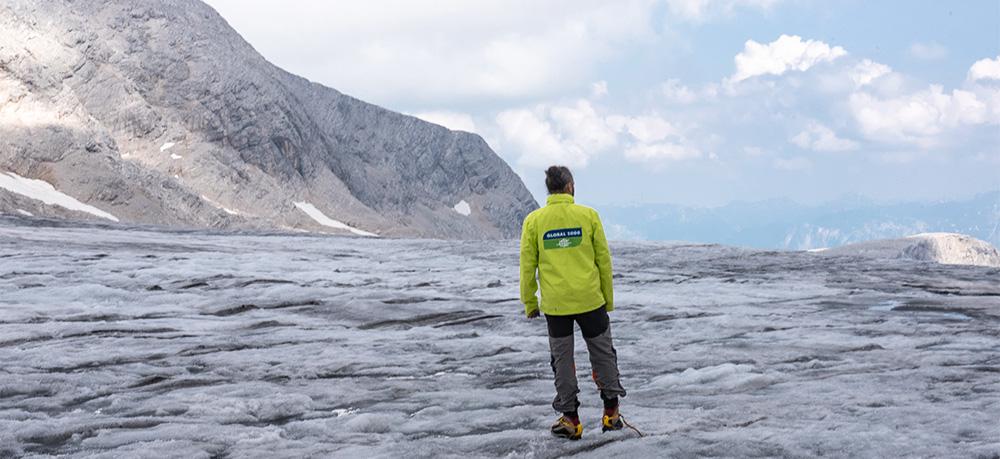 GLOBAL 2000 Aktiver steht auf Dachstein Gletscher