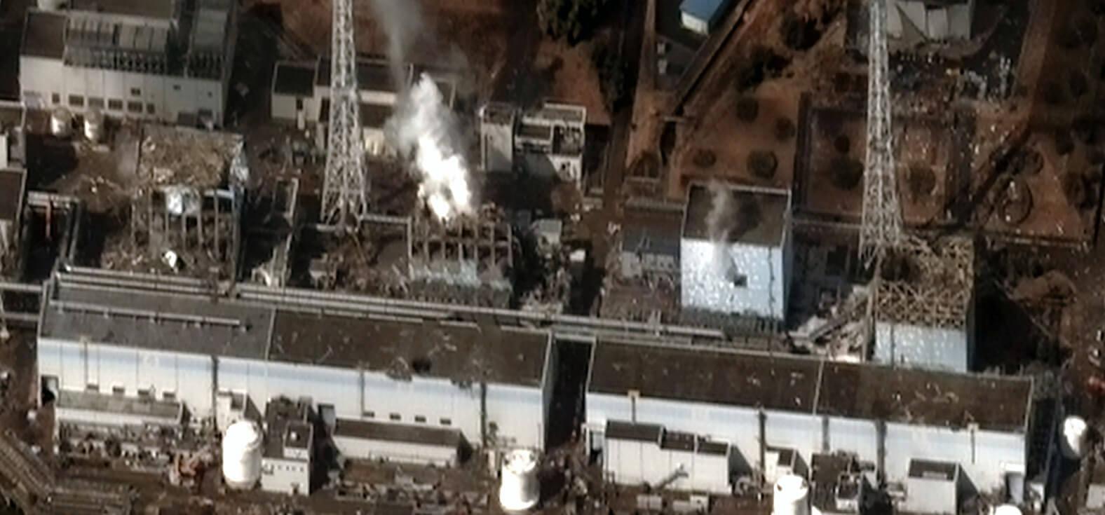 Das Atomkraftwerk Fukushima nach dem Super-GAU aus der Luft fotografiert