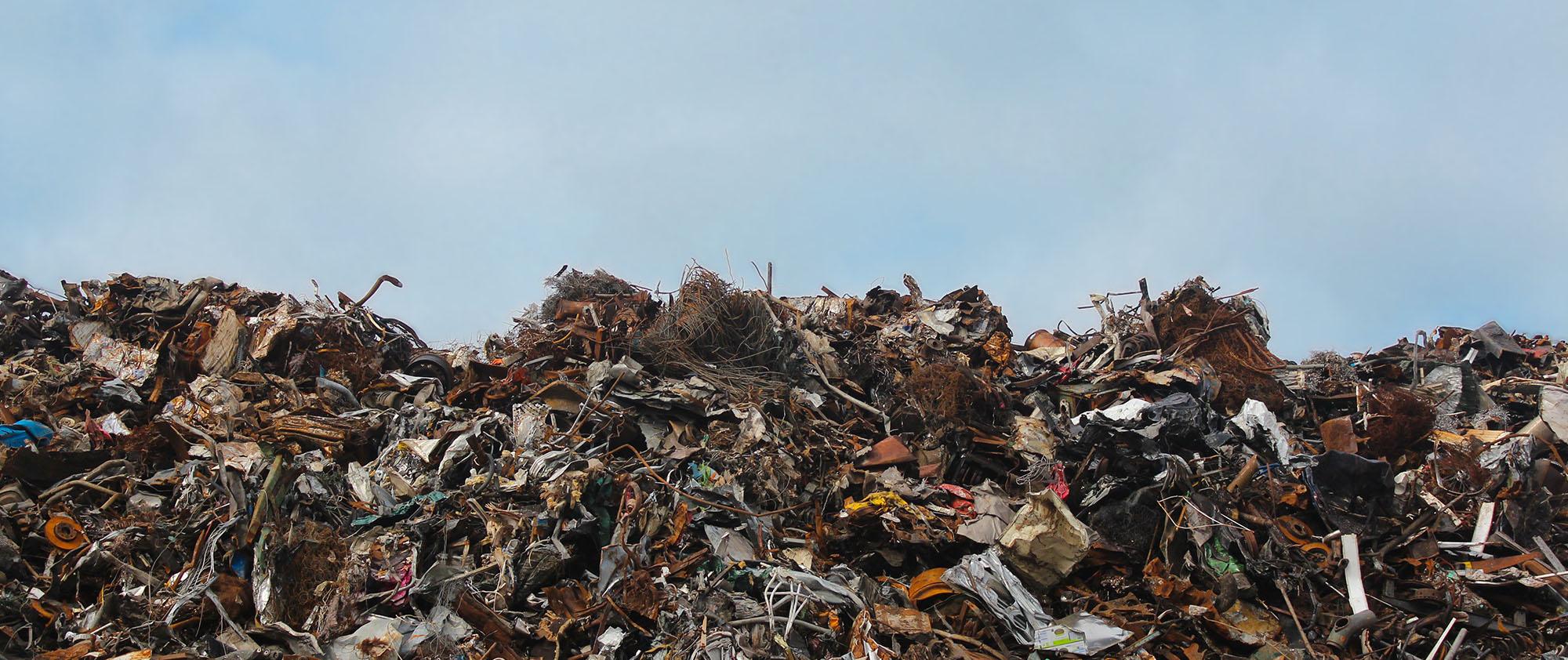 Müllberge türmen sich auf einer Müllhalde