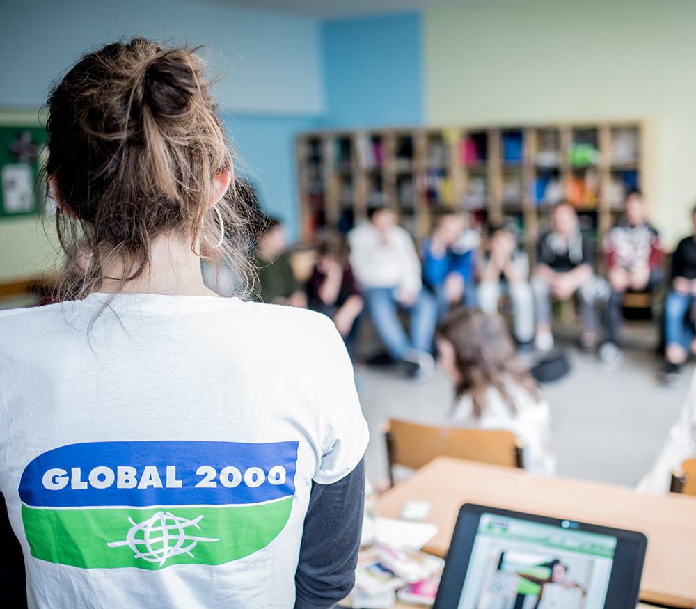 Umweltkommunikatiorin vor Schulklasse beim Pestizidworkshop