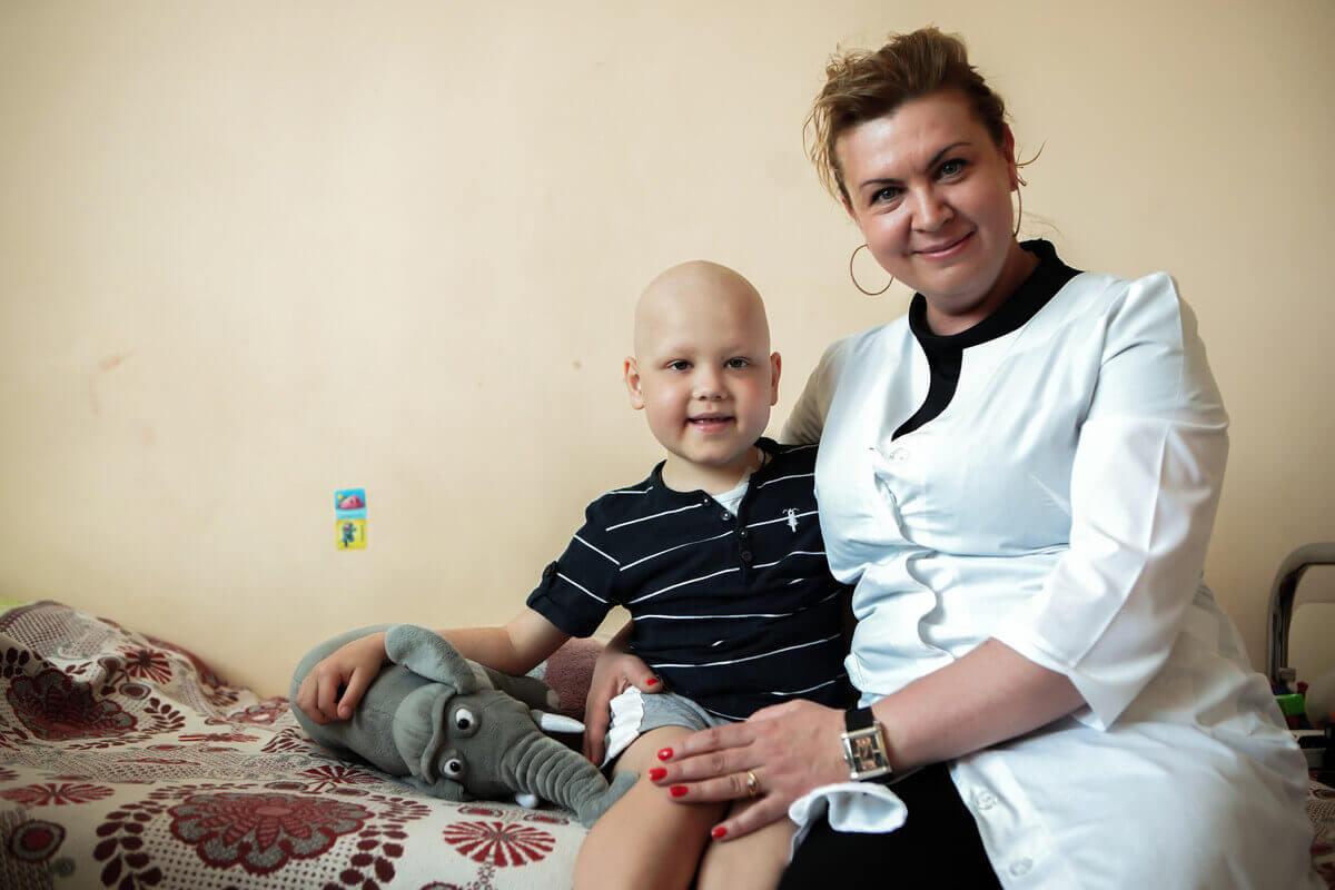 Kind und Krankenschwester in Krankenhaus