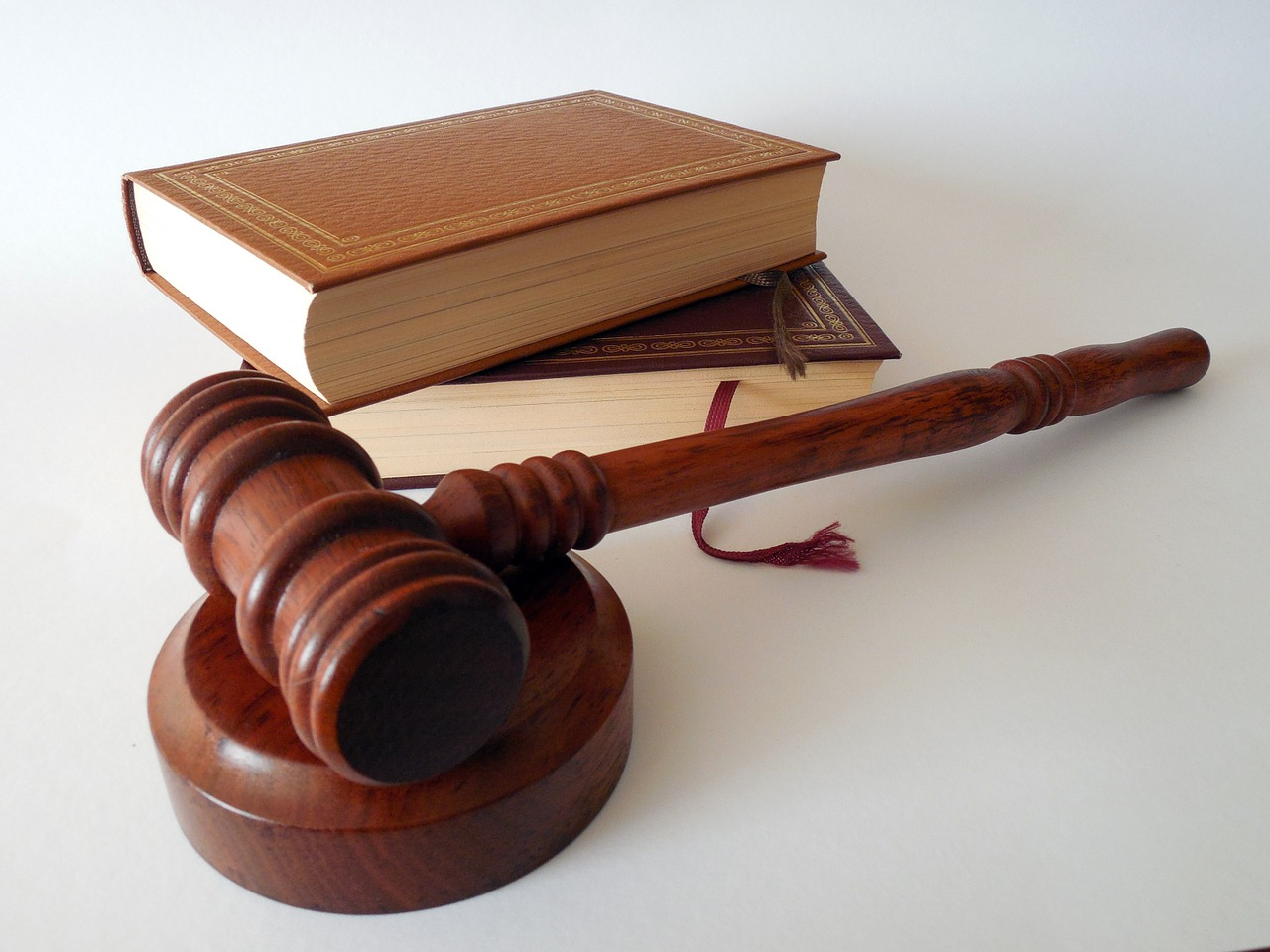 Ein Richterhammer und zwei Gesetzesbücher
