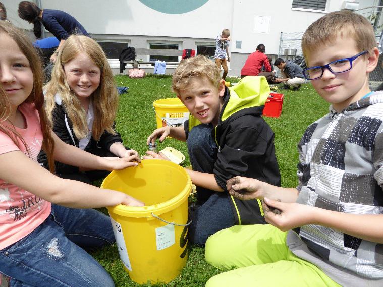 SchülerInnen der Volksschule Weibern beim Basteln von Samenbomben