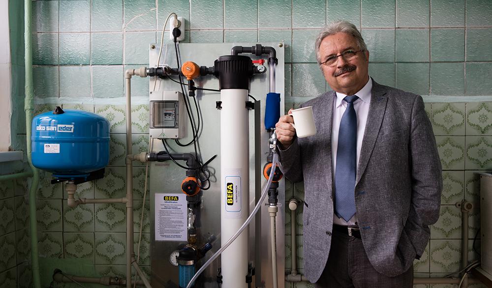 Christoph Otto vor einer Trinkwasseraufbereitungsanlage