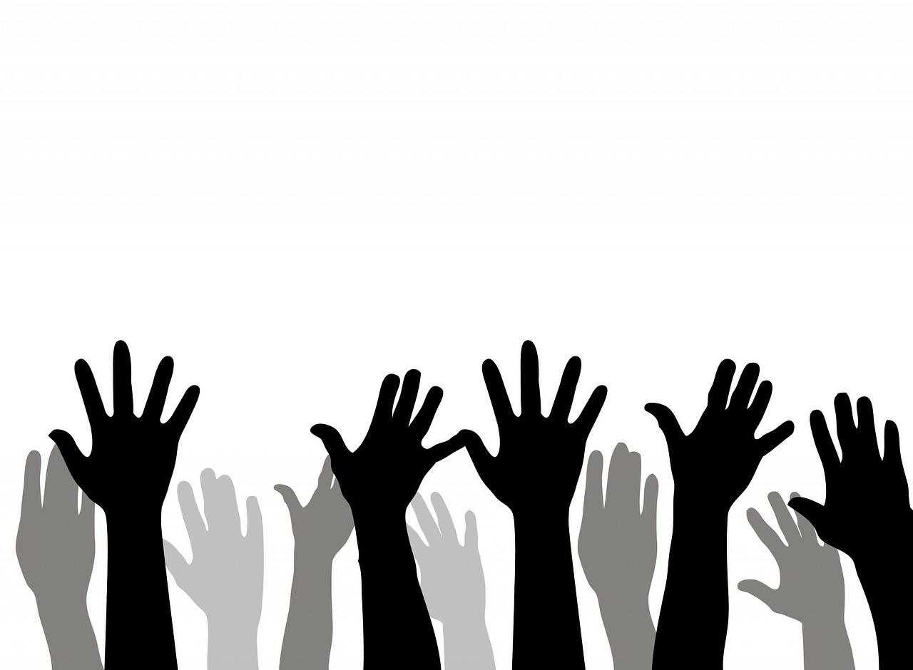 in die Luft gestreckte Hände